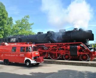 Ausfahrten und Events: Löschgruppenfahrzeug mit Dampflokomotive | Foto: D. Bürk